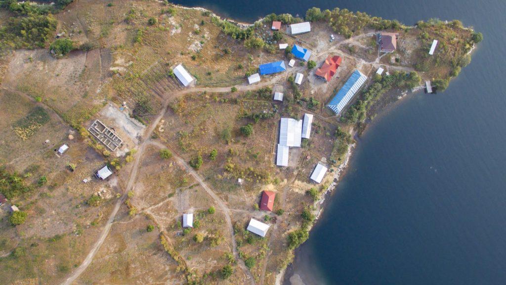 In Kooperation mit der umliegenden Bevölkerung hat unser lokaler Projektpartner PROLASA einen Industriecampus aufgebaut, auf dem Säfte, Seifen, Kaffee und Sonnenblumenöl produziert werden. Zusätzlich gibt es eine Holz- und Nähwerkstatt.
