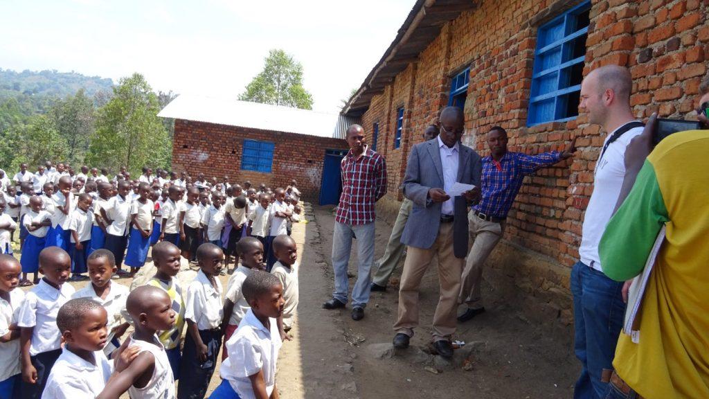 Unser Projektpartner ECP leitet über 2600 Schulen im Süd-Kivu, darunter auch auf Idjwi. Die Schulen sollen nicht nur durch Strom für Licht profitieren, sondern wollen diesen auch für Computer und Werkzeuge einsetzen, um technische und wissenschaftliche Fächer besser unterrichten zu können.