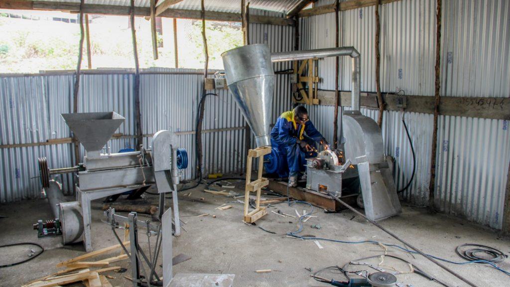 Zusammenbau einer Maniokmühle in der Metallwerkstatt von PROLASA. Der Strom zum Schweißen und Flexen kommt aus dem Dieselgenerator.