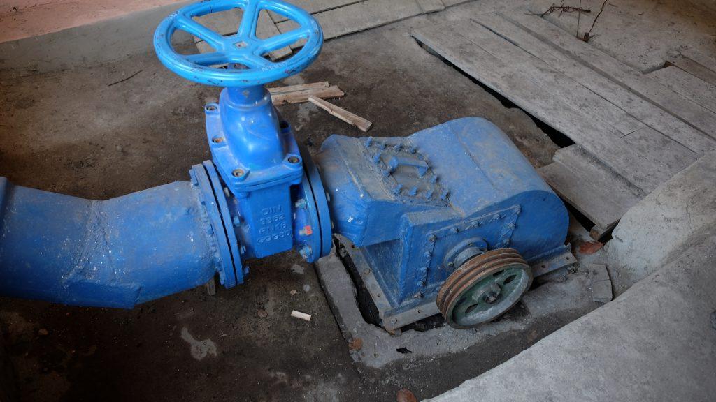 Im Inneren des Maschinenhauses befindet sich die Turbine, welche die Energie des Wassers mithilfe eines Generators in Strom umwandelt. Je nach Jahreszeit rauschen 30-250 Liter Wasser pro Sekunde aus 55 Metern Höhe durch die Turbine.