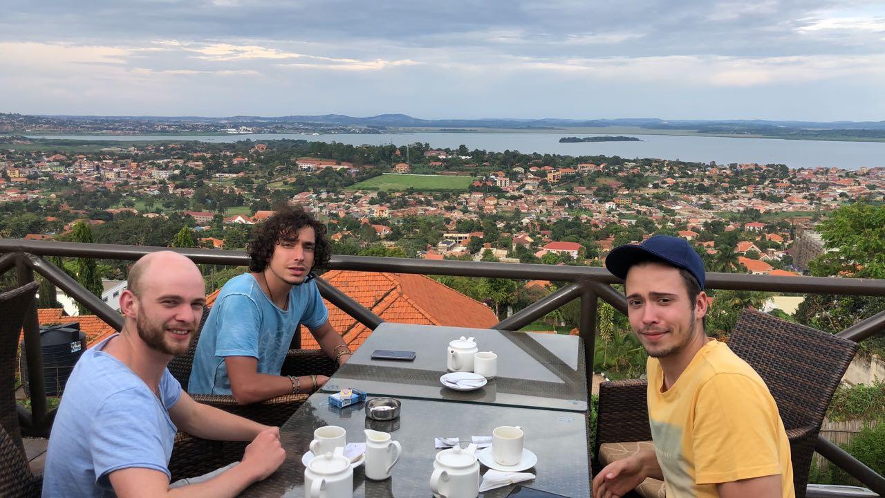 Ein gemütlicher Café mit Blick auf die Stadt