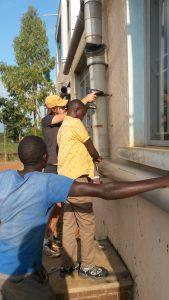 Ugandisch-deutsches Teamwork beim Anbringen der Rohre