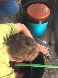 Philip beim Sandwaschen