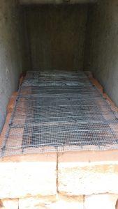 Optimierte Gitterkonstruktion in einer Trockentrenntoilettenkabine