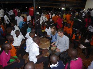 Beim gemeinsamen Trommeln am Ostermontag stellen sich die Schüler sehr geschickt als Musiklehrer an