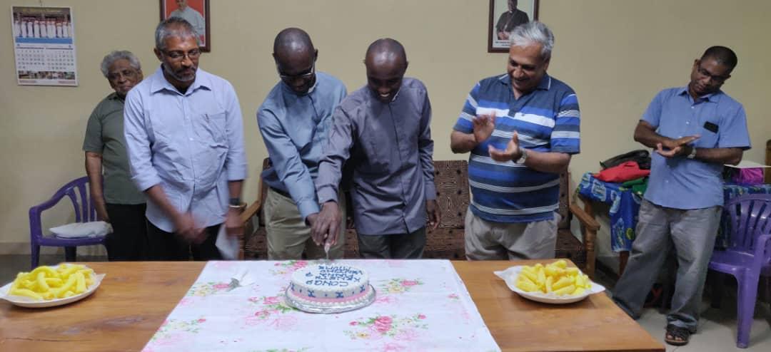 Feierlich wird der Kuchen angeschnitten