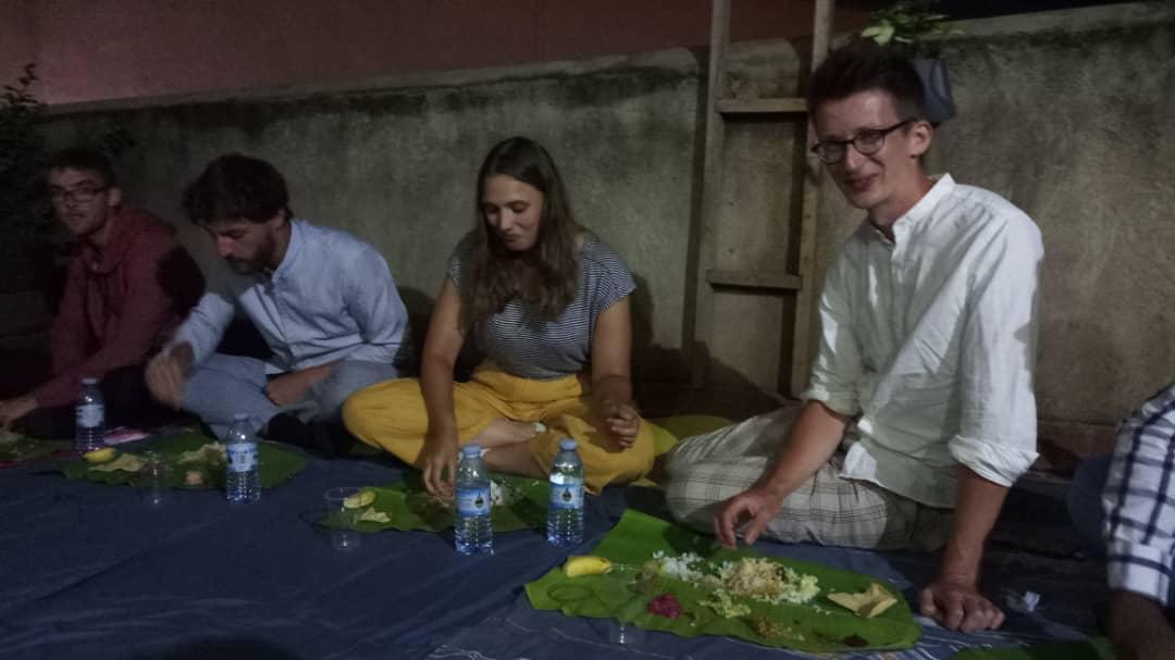 Sehr leckeres Essen, das traditionell mit den Händen von Bananenblättern gegessen wird