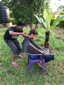 Für die Feierlichkeiten verpasst Father Robert Jonas einen neuen Haarschnitt