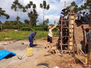 Fleißig werden die Schüsseln beim Betonieren der Stützen weiter gereicht