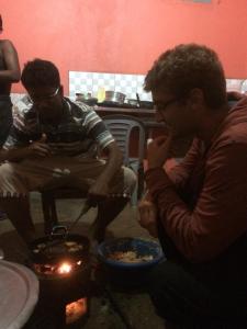 Jonas lernt das Frittieren der Zwiebelringe