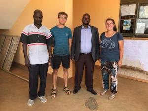 Jonas und Kathi an der Technical School mit dem Konstruktionslehrer (links) und dem Schulleiter