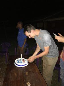 Niklas schneidet seinen Geburtstagskuchen an