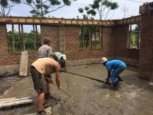 Betonieren der 10 m³ großen Bodenplatte