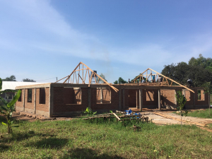 Die Zimmermänner beim Bau der Dachkonstruktion