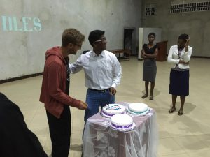 Robert füttert Jonas mit seinem Geburtstagskuchen auf der Bühne