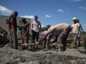 Cocotto cocotto - Mit viel Manpower wird der Beton angemischt