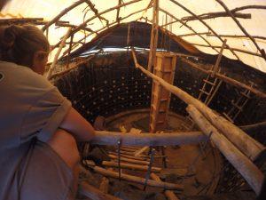 Lisa begutachtet unsere aufwendige Holzkonstruktion, die unsere Zisterne vor Regen schützt