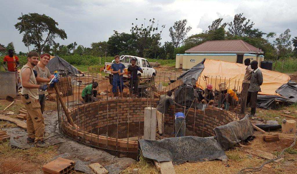 Just In Time werden die letzten ISSB gemauert während die Betonage schon voll im Gange ist