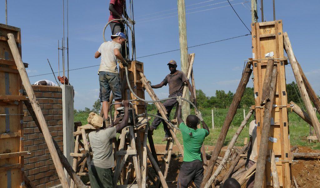 Mit Teamwork wird die dritte Säule des Hochtanks betoniert
