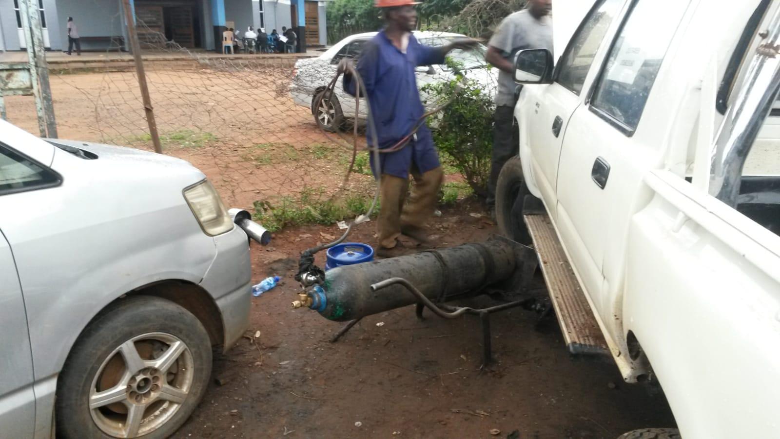 Unser Hilux bei der Reparatur in Mbale