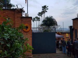 Eine Schlange von jungen Freiwilligen bildet sich vor den Toren der Residenz der deutschen Botschaft